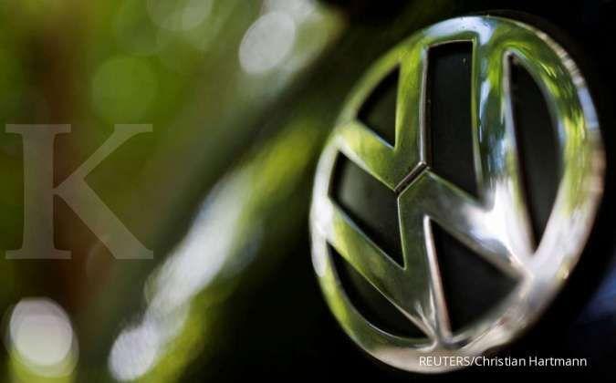 Logo Volkswagen pada kendaraan yang terparkir di Paris, 9 Juli 2020.