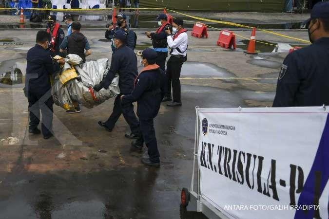 Pencarian Sriwijaya Air SJ 182 dilanjutkan, barang dan puing dibawa ke KRI Parang