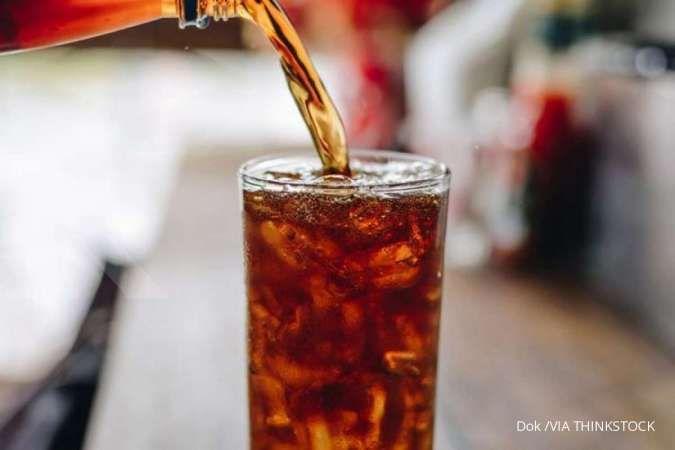 Minuman ringan, seperti soda, adalah salah satu pantangan asam urat yang perlu dihindari.