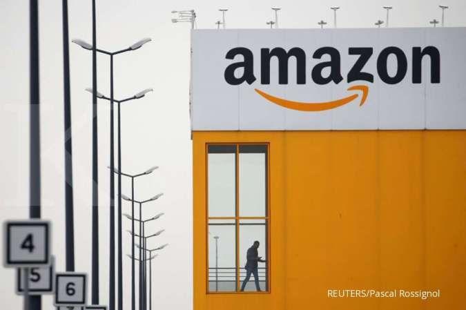 Logo Amazon terlihat di pusat logistik Amazon di Lauwin-Planque, Prancis utara, 19 Maret 2020.