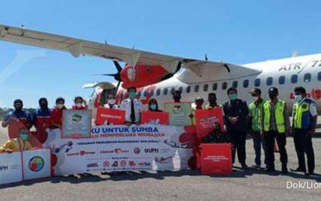 UPH Surabaya dan Lion Air Group Melaksanakan Program Sosial Buku dan Gerakan Membaca untuk Makamenggit, Sumba Timur