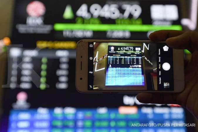 Pergerakan Indeks Harga Saham Gabungan (IHSG) dengan gawainya di Bursa Efek Indonesia, Jakarta, Jumat (25/9/2020).