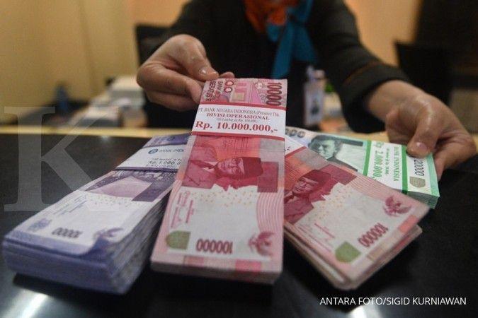 Teller menunjukkan uang rupiah yang ditransaksikan di kantor pusat BNI, Jakarta, Senin (19/3). Bank Indonesia menyatakan penyaluran kredit perbankan pada Februari 2018 tumbuh delapan persen (tahun ke tahun/yoy), dibandingkan pada Januari 2018 yang mencapa