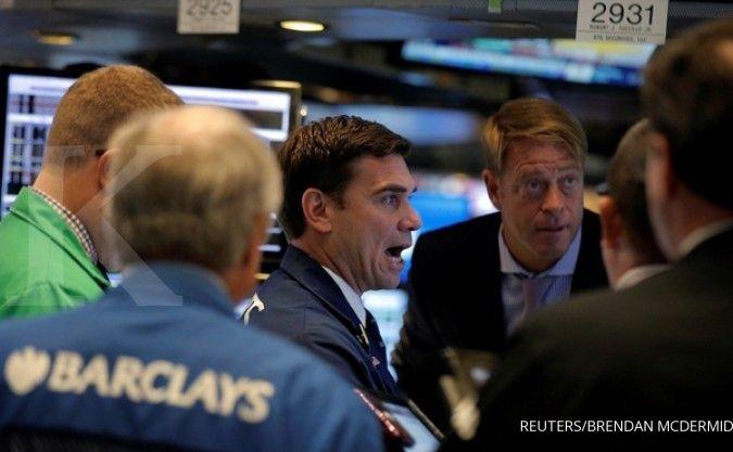 Bursa AS berfluktuasi, mencerna data terbaru