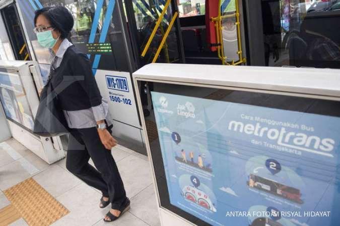 Catat, mulai 12 April, penumpang Transjakarta, MRT dan LRT wajib pakai masker