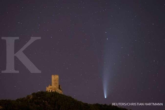 Bikin kecewa, satelit Starlink milik Elon Musk mengganggu keindahan komet Neowise