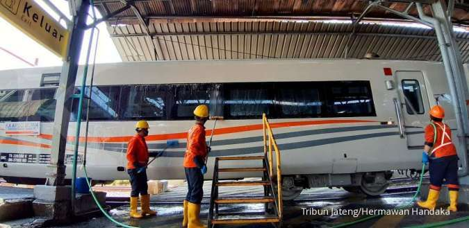Aktivitas di Stasiun Semarang Tawang, Kota Semarang, Jawa Tengah, Jumat (21/8/2020). Libur panjang di bulan Agustus 2020 berdampak pada okupansi kereta api di berbagai jurusan. PT Kereta Api Indonesia (KAI) secara bertahap terus menambah jumlah perjalanan