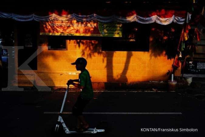 Warga melintas di depan spanduk kampanye pencegahan Covid-19 di kawasan Grogol, Jakarta, Kamis (26/11/2020).