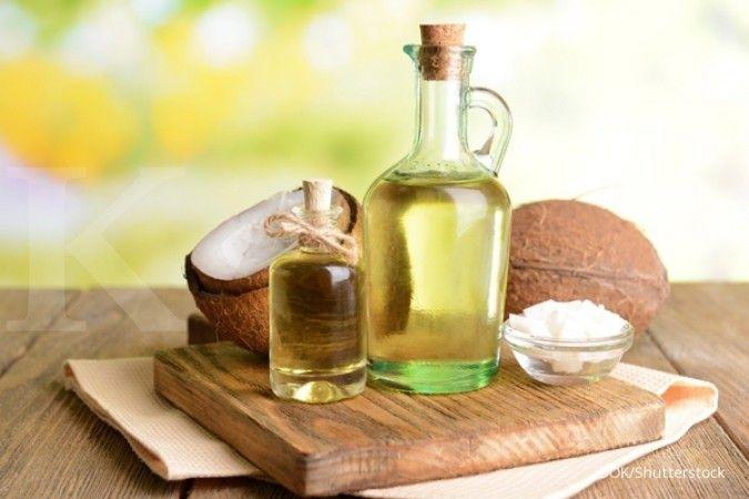 Anda bisa memanfaatkan minyak kelapa sebagai penghilang bekas jerawat.
