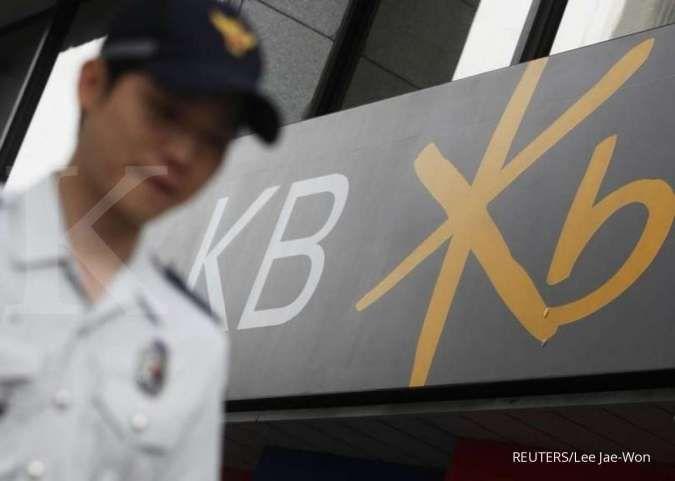 A policeman patrols near a branch of Kookmin Bank (KB) in Seoul July 18, 2012. REUTERS/Lee Jae-Won