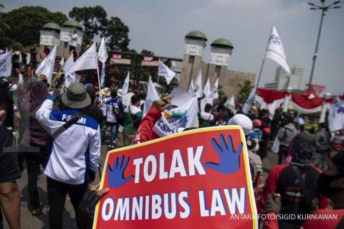 Sejumlah buruh menuntut DPR untuk menghentikan pembahasan Omnibus Law RUU Cipta Kerja. ANTARA FOTO/Sigid Kurniawan/aww.
