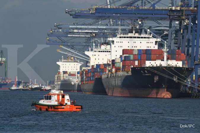 Indonesia's Aug exports, imports fall more than expected