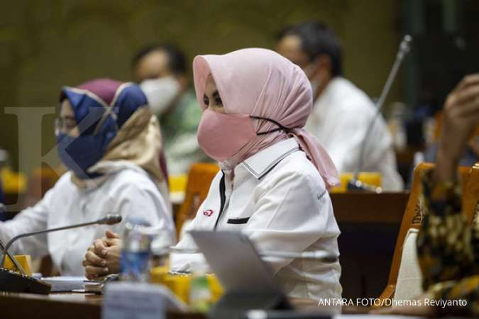 Direktur Utama PT Pertamina (Persero) Nicke Widyawati (kanan) mengikuti Rapat Dengar Pendapat (RDP) dengan Komisi VII DPR di Kompleks Parlemen, Senayan, Jakarta, Senin (31/8/2020). Rapat tersebut membahas tugas dan fungsi ISC sebagai pengganti Petral untu