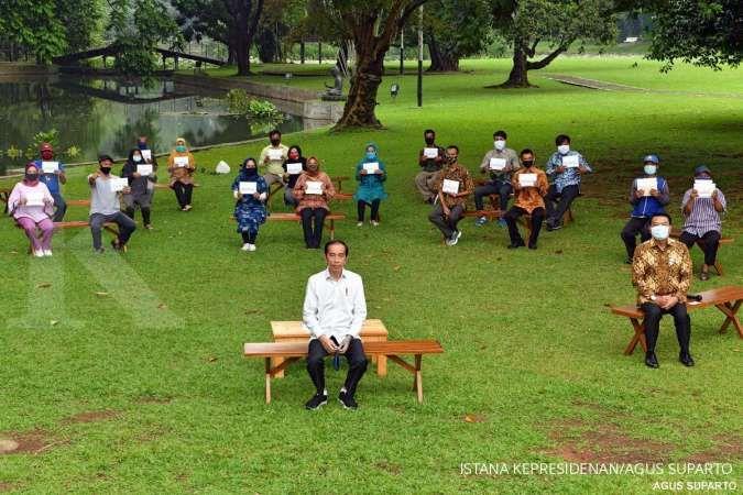 Presiden Joko Widodo kembali membagikan bantuan modal kerja kepada sejumlah pedagang. Kali ini pemberian dilakukan di Istana Bogor, Rabu (15/7/2020).