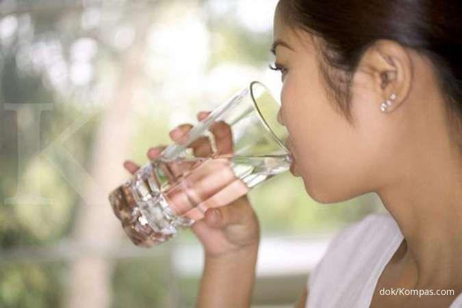 Kumur dengan air garam bisa jadi salah satu obat sakit gigi berlubang.