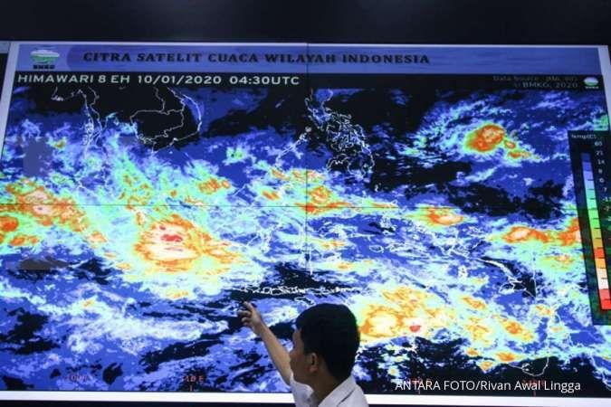 Petugas Badan Meteorologi, Klimatologi dan Geofisika (BMKG) memantau monitor citra satelit cuaca di gedung BMKG, Jakarta. ANTARA FOTO/Rivan Awal Lingga/wsj.