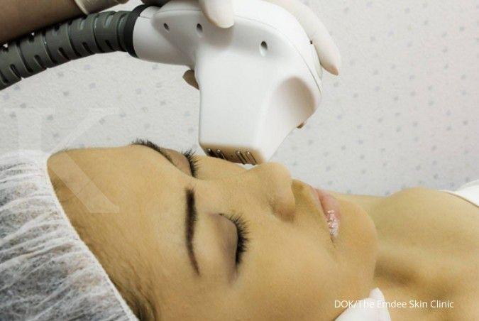 Cara menghilangkan milia di dekat mata bisa lebih cepat jika Anda tidak menyentuh milia terlalu sering. Foto: Dok The Emdee Skin Clinic