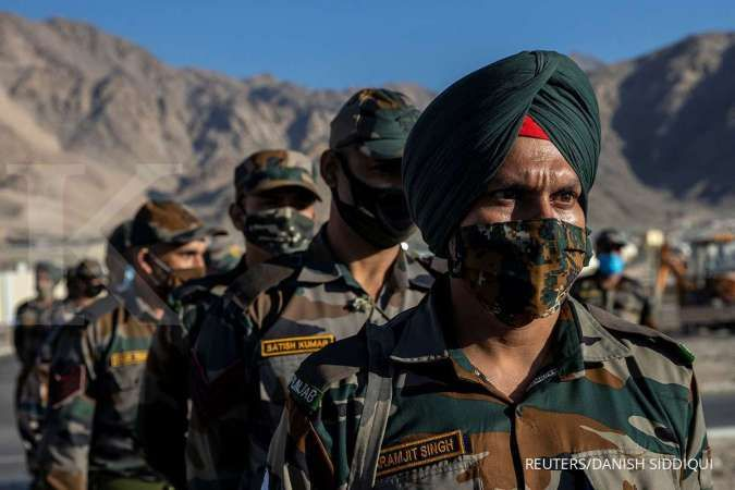Indian troops kill five militants in Kashmir as hundreds of Hindus flee