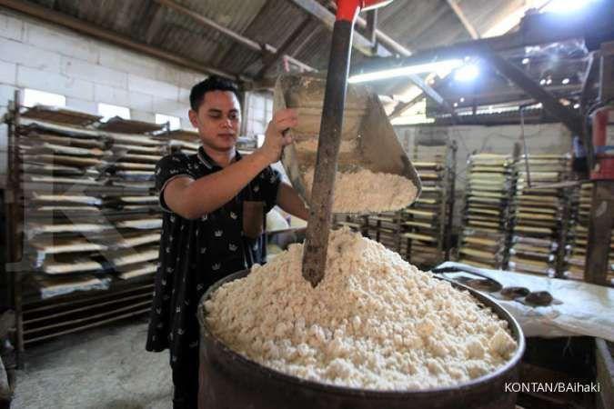 Kontribusi UMKM: Pekerja membuat oncom di Pamulang, Tangerang Selatan, Senin (27/7). Pemerintah diharapkan terus memberikan prioritas kepada UMKM disaat pandemi Covid-19 mengingat kontribusi UMKM terhadap perekonomian. Hingga saat ini UMKM menyerap 116,97