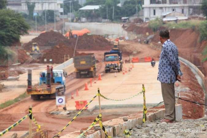 Seorang warga mengamati aktivitas pembangunan Jalan Tol. KONTAN/Baihaki