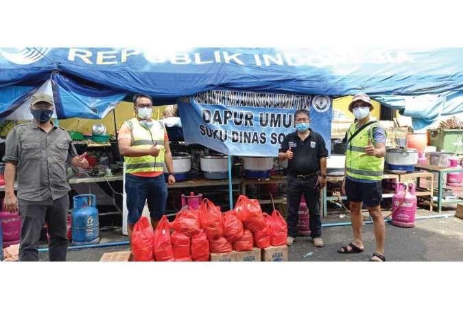 Perwakilan tim CSR Bank Mandiri saat menyerahkan bantuan paket nasi bungkus