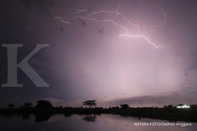 Cuaca besok di Jawa Barat sebagian besar hujan, awas kilat dan petir