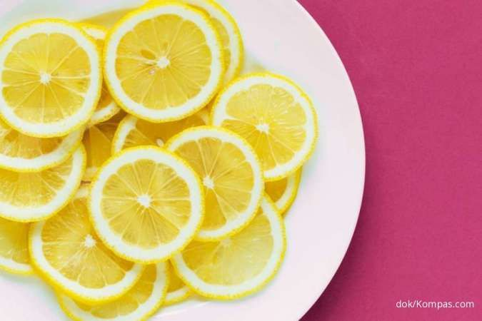 Salah satu manfaat lemon adalah menurunkan berat badan.