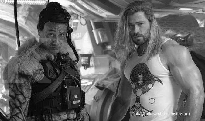 Sutradara dan Chris Hemsworth di lokasi syuting film Thor: Love and Thunder.