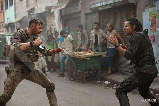 Chris Hemsworth dalam film Extraction di Netflix.