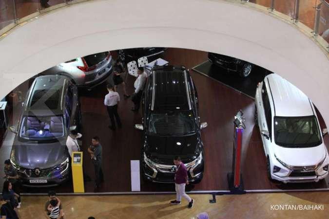 Penjualan mobil 2020: Penjualan mobil di sebuah pusat perbelanjaan di Tangerang Selatan, Kamis (23/1).