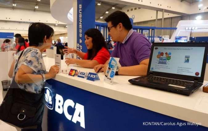 Petugas melayani pengunjung yang berkonsultasi soal e-commerce di pameran BCA Expoversary ICE BSD Tangerang Selatan, Jumat (22/2).