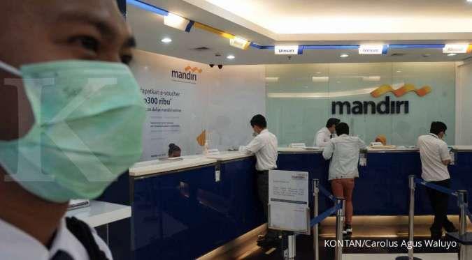 Nasabah melakukan transaksi keuangan di Bank Mandiri, Jakarta.