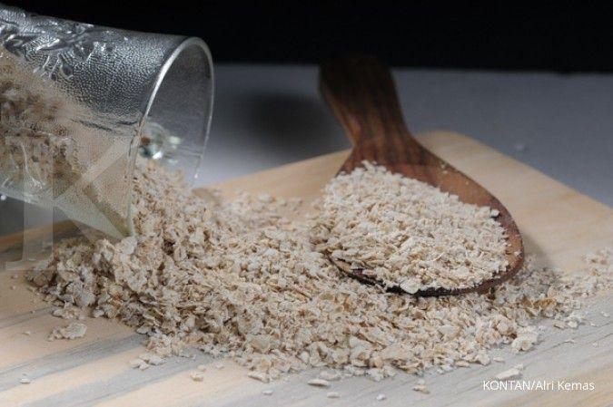 Salah satu cara mengatasi kulit kering adalah dengan memakai oatmeal dan madu.