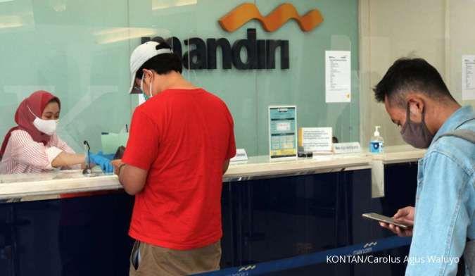 Nasabah melakukan transaksi di salah satu anggota bank Himbara di Bintaro Tangerang Selatan, Jumat (18/9).