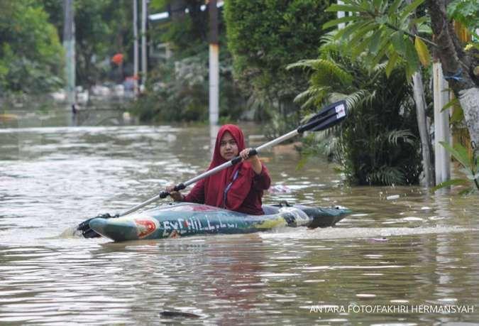 Banjir di jalan raya Bintara Bekasi menjadi tempat warga menjala ikan