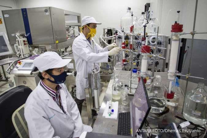 Peneliti beraktivitas di ruang riset vaksin. ANTARA FOTO/Dhemas Reviyanto/foc.
