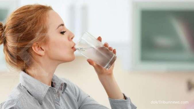 Minum air putih termasuk salah satu cara menghilangkan sakit kepala.