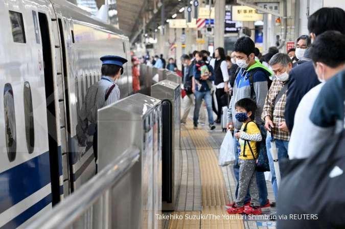 Peron kereta Tokaido Shinkansen dipenuhi oleh wisatawan di Stasiun JR Tokyo. REUTERS/Takehiko Suzuki/The Yomiuri Shimbun
