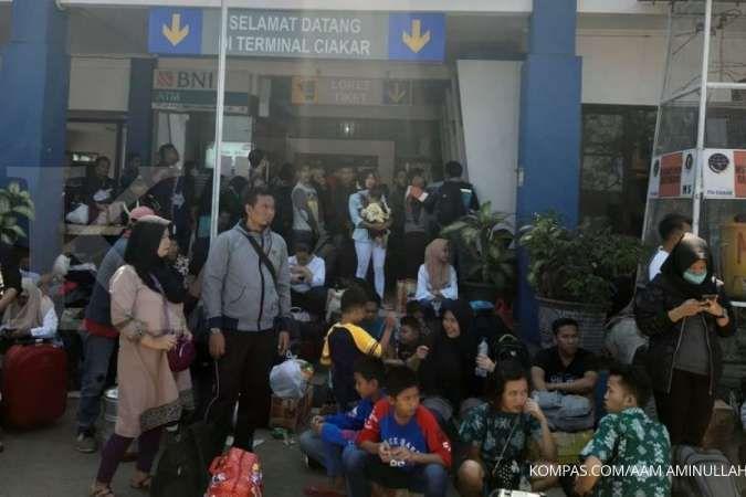 Kekurangan bus, ribuan penumpang tujuan Jakarta terlantar di Terminal Ciakar Sumedang