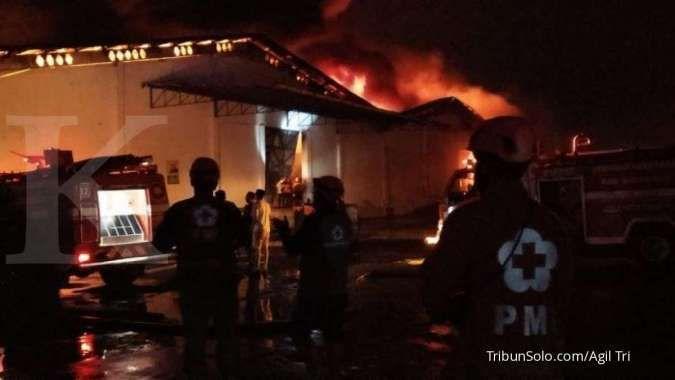 Kebakaran gudang Sritex belum padam hingga Sabtu pagi, karyawan bekerja seperti biasa