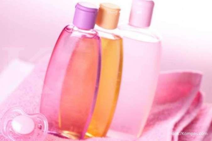 Mengatasi Kantung Mata, 5 Manfaat Baby Oil untuk Kecantikan Wajah